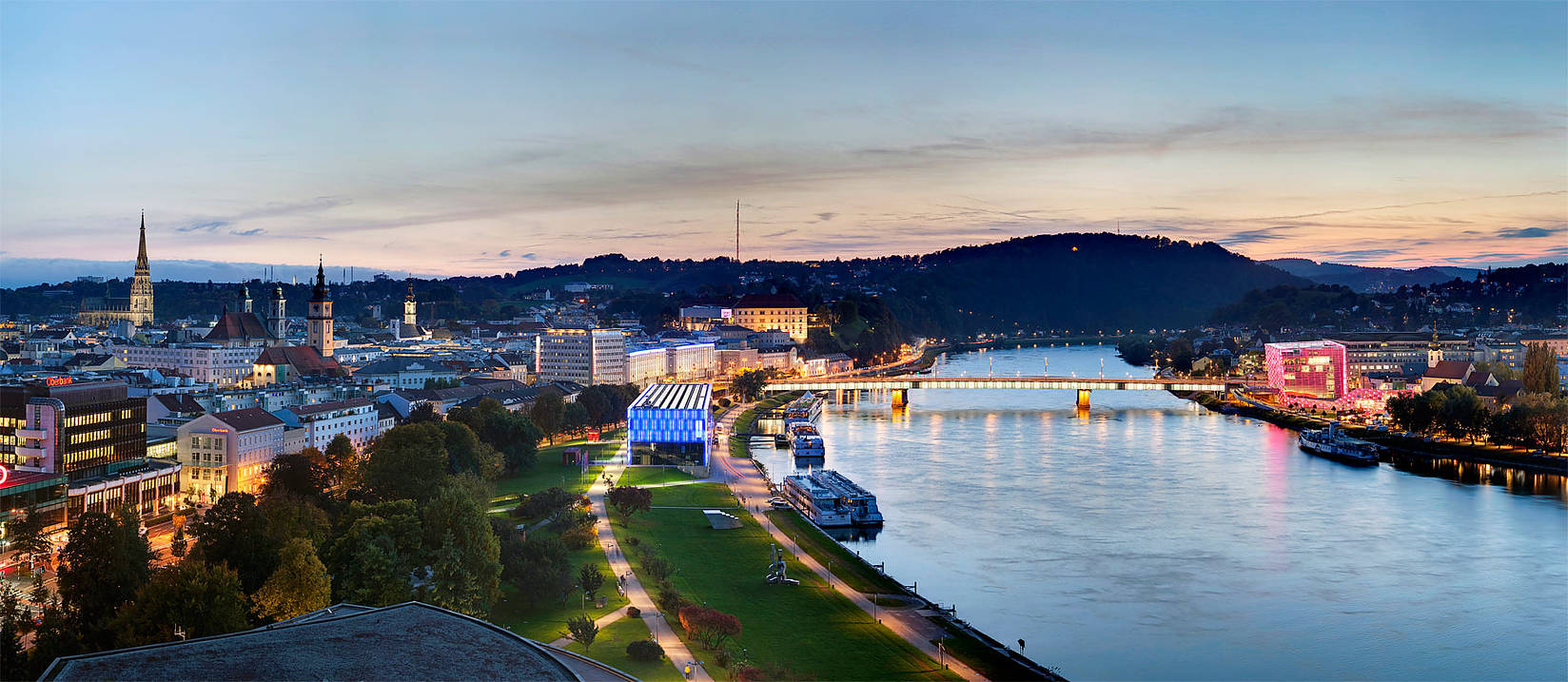 lodí po modrém Dunaji